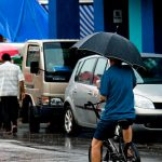 「傘をさして自転車」はやめましょう
