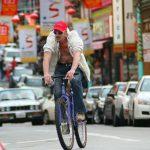 街を自転車で行く人々(2)