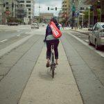 街を自転車で行く人々(3)