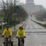 Photo:雨の中で目立つのはやっぱり黄色