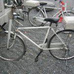 自転車の警察官が
