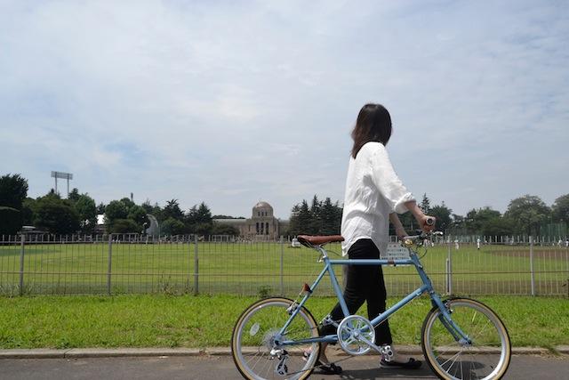 神宮外苑サイクリングコースの途中でちょっと休憩。「そういえばこの場所から絵画館をちゃんと見るのは初めて」