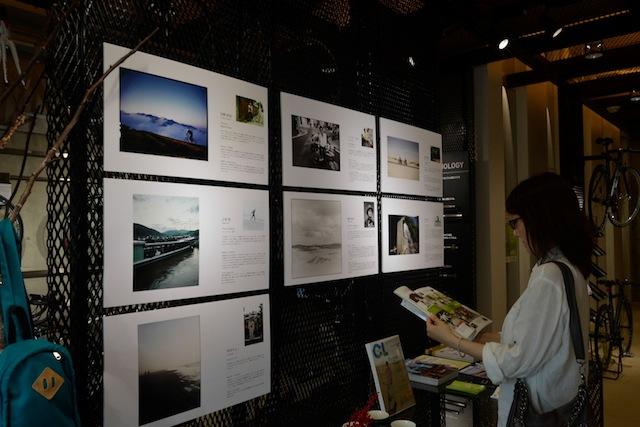"""バイクフォーラム青山ではカメラ・ライフ誌(玄光社)の協力のもと""""自転車とカメラ""""をテーマにしたスペシャル展示を行っている(9月上旬まで)。写真が好きなマリさんも、しばし見入る"""