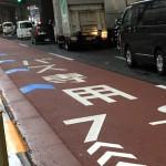 駒沢大学駅付近R246上のバスレーンに設置された自転車ナビライン