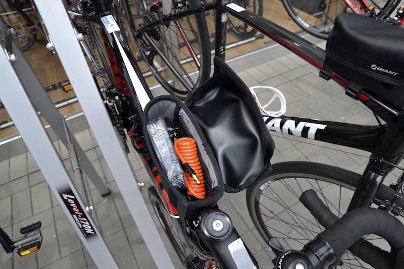 レンタルバイクのトップチューブバッグにはカギや予備チューブが入っていた