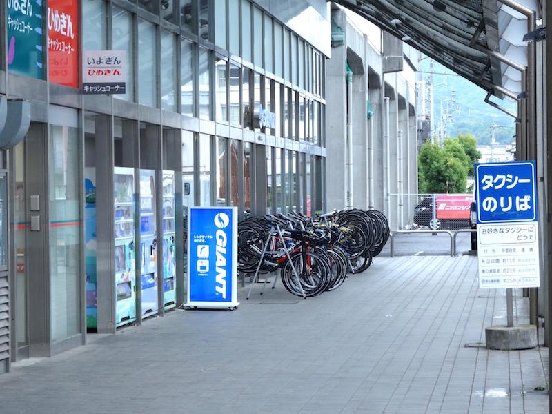 今治駅の東口を出ればすぐに、ジャイアントストアの看板が見える
