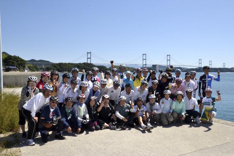 来島海峡大橋をバックに記念撮影