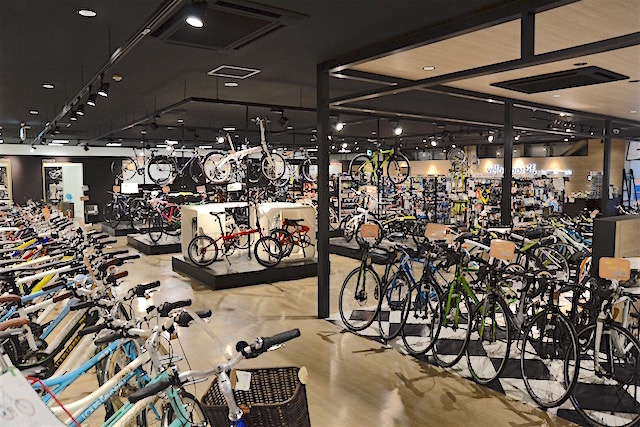エスカレーターで2Fに上がるとそこはスポーツサイクル専門店「velo sportif」