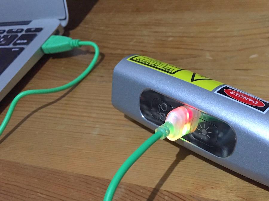 充電用USBケーブルとlight本体の接続はマグネット式。