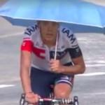 ツール・ド・フランスに傘差しライダー現る