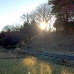 里山の向こうに陽が落ちる