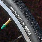 クロスバイクのタイヤ、丈夫さを取るか軽さを取るか